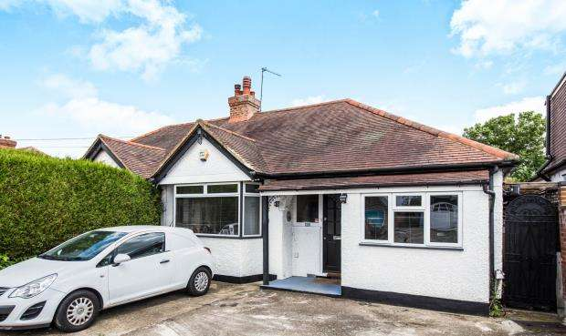 4 Bedrooms Bungalow for sale in Worcester Park, Surrey