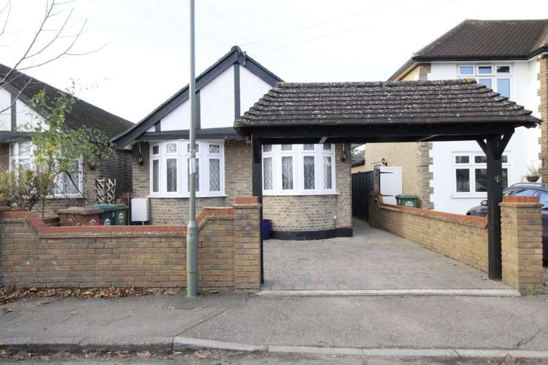 3 Bedrooms Detached Bungalow for sale in Linkscroft Avenue, Ashford, TW15