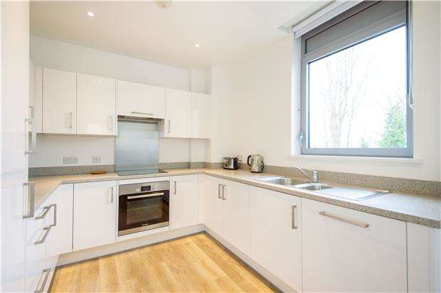 3 Bedrooms Flat for sale in Walpole Lodge, Plaza Gardens, London, SW15