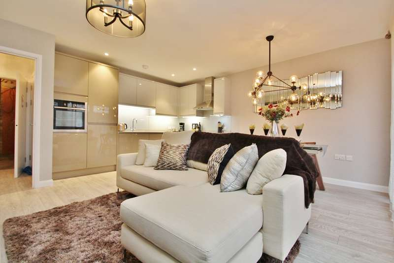 3 Bedrooms Flat for sale in King Charles Road