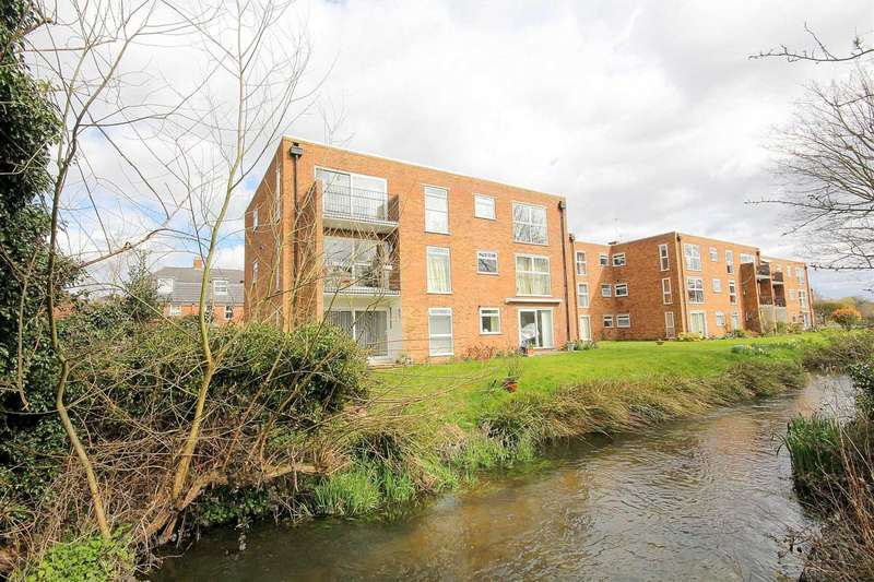 2 Bedrooms Apartment Flat for sale in SPACIOUS 2 BED top floor APARTMENT with VIEWS over the RIVER BULBORNE and GARAGE in Boxmoor