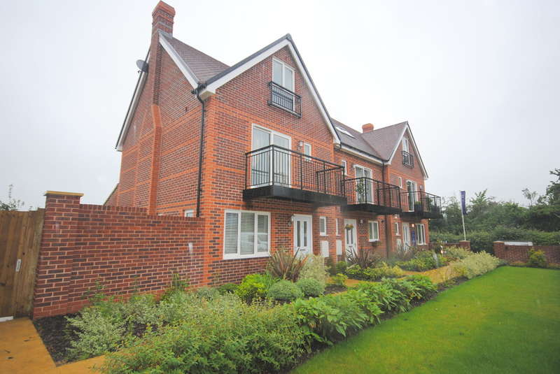 3 Bedrooms Semi Detached House for rent in Hurst Green, Oxted