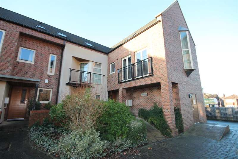 4 Bedrooms Flat for sale in Lawrence Square, York, YO10 3FH