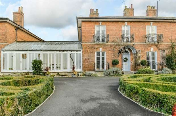 4 Bedrooms Detached House for sale in Lansdowne Grove, Devizes, Wiltshire