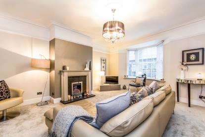 2 Bedrooms Maisonette Flat for sale in Burnley Road, Crawshawbooth, Rossendale, Lancashire, BB4