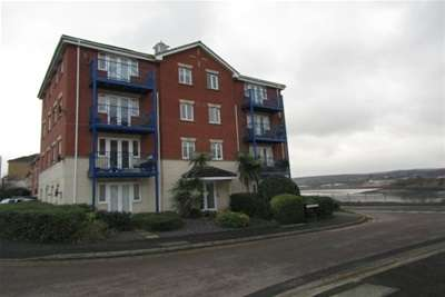 2 Bedrooms Flat for rent in Applecross Close, Rochester