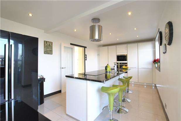 4 Bedrooms Semi Detached House for sale in South Liberty Lane, Ashton Vale, Bristol, BS3 2TH