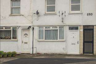 2 Bedrooms Maisonette Flat for sale in Hook Road, Chessington, Surrey