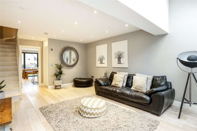 3 Bedrooms Mews House for sale in Oakhurst Close, Teddington, TW11