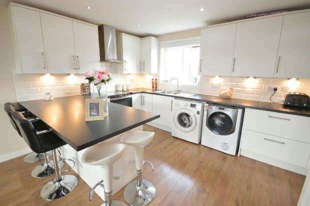 2 Bedrooms Flat for sale in Chessington Hall Gardens, Chessington