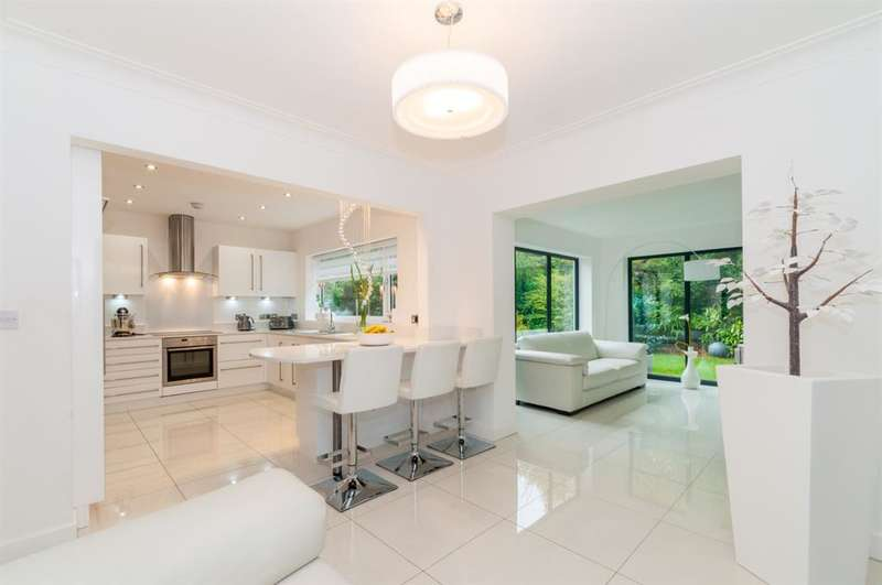 3 Bedrooms Detached House for sale in Foxhill Green, Weetwood, LS16