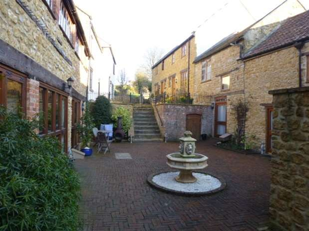 2 Bedrooms Terraced House for rent in Whites Yard, Castle Cary