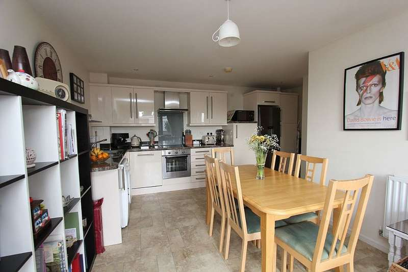 2 Bedrooms Flat for sale in Lancaster House, Gunyard Mews, London, London, SE18 4GF