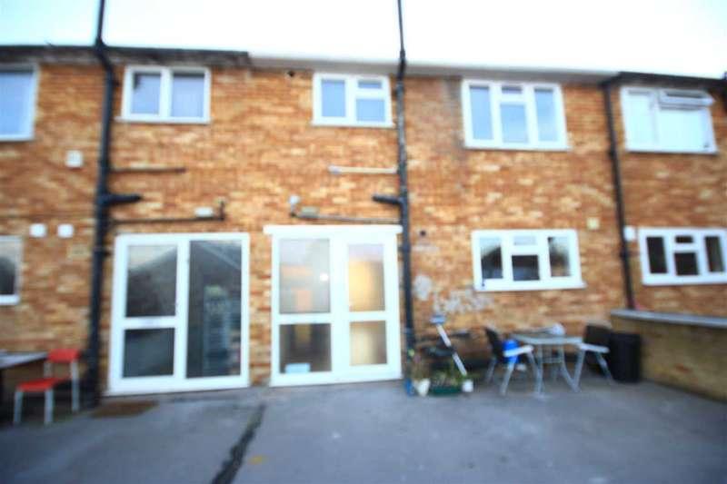 3 Bedrooms Maisonette Flat for rent in Blenheim Parade, Uxbridge Road, Uxbridge