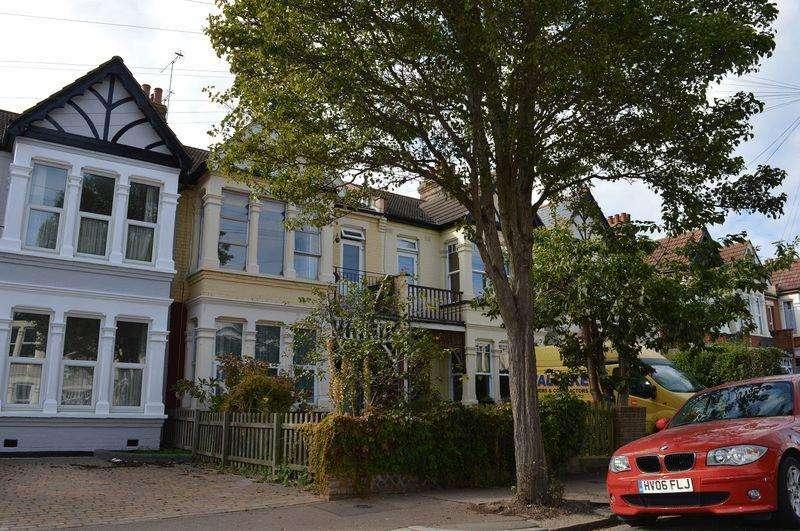 1 Bedroom Flat for sale in Lovelace Gardens, Southend-On-Sea
