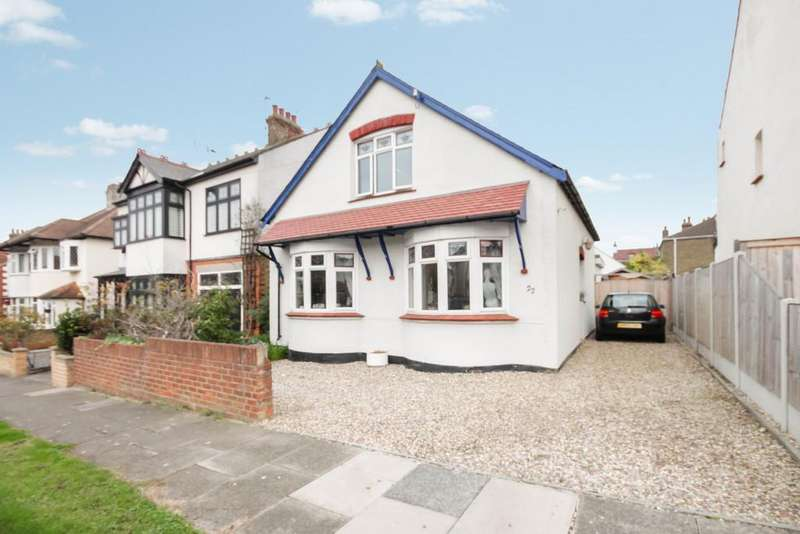 4 Bedrooms Chalet House for sale in Holyrood Drive, Westcliff-on-Sea