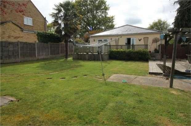 3 Bedrooms Detached Bungalow for sale in Walderslade Road, Chatham, Kent