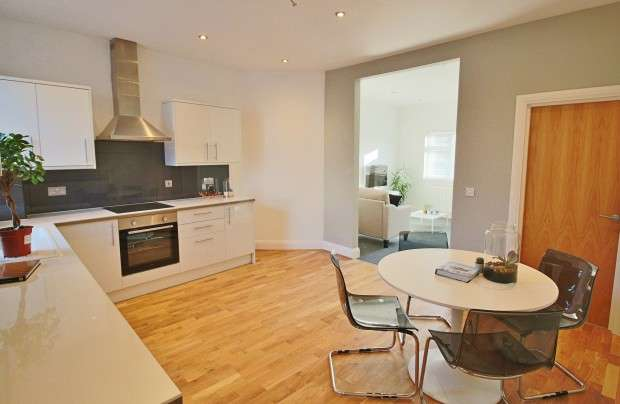 2 Bedrooms Apartment Flat for sale in Glendale Gardens, Leigh-on-Sea, SS9