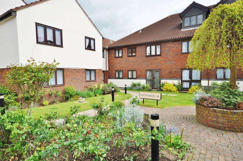 1 Bedroom Retirement Property for sale in Cobbins Bank, Waltham Abbey