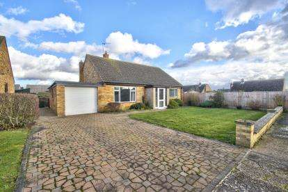 3 Bedrooms Bungalow for sale in Desborough Road, Hartford, Huntingdon, Cambridgeshire