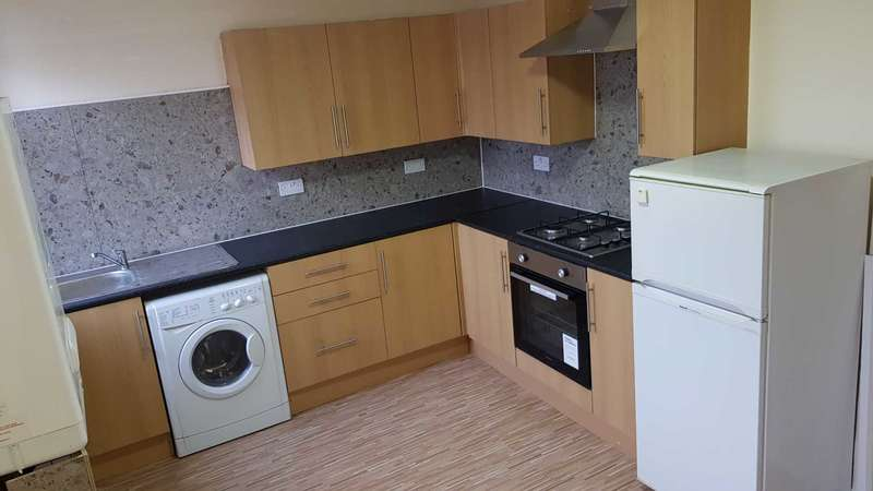 3 Bedrooms Flat for rent in Hamilton Road, Mossend