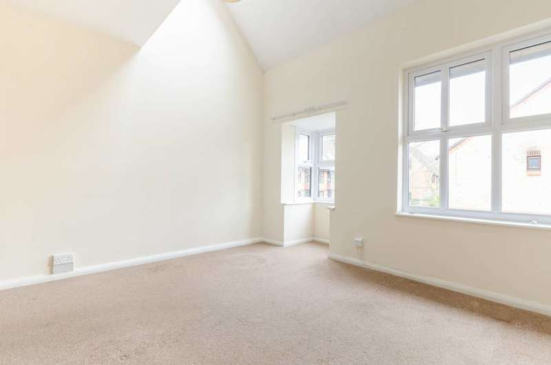 2 Bedrooms House for sale in Badgers Close, St Johns, GU21