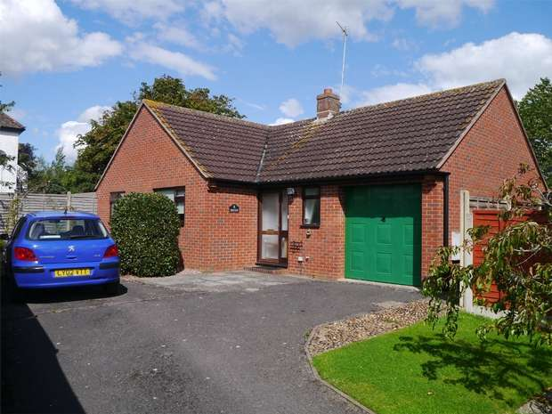 2 Bedrooms Detached Bungalow for sale in Meadow Gardens, Twyning, Gloucestershire