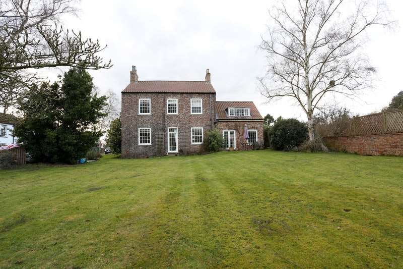 5 Bedrooms Detached House for sale in The Village, York, YO30