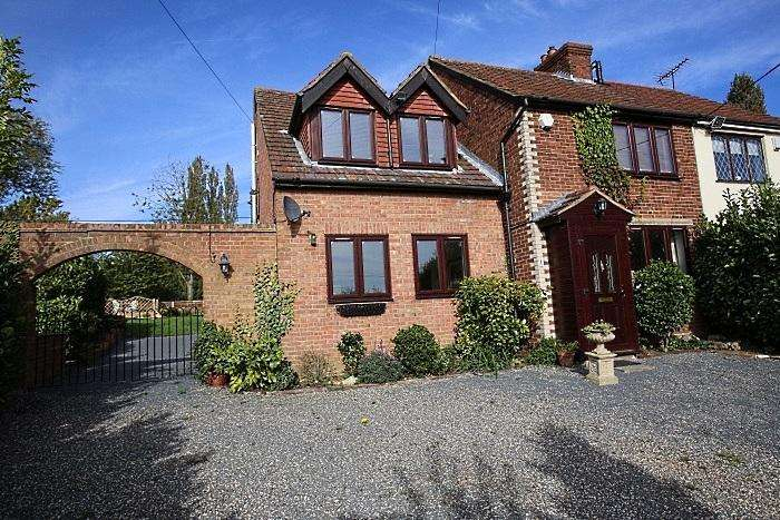 4 Bedrooms Semi Detached House for sale in Skinners Farm Cottages, Stapleford Tawney RM4