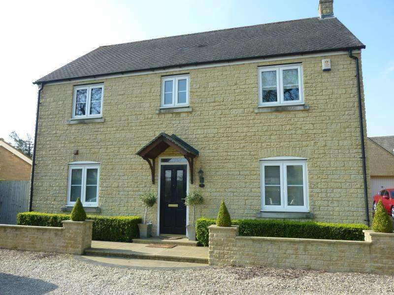 4 Bedrooms Detached House for sale in Brize Norton Road, Carterton, Oxon