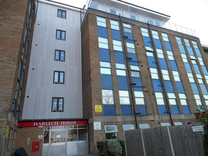 3 Bedrooms Penthouse Flat for rent in Harlech House, Carnarvon Road, Clacton-On-Sea, Essex, CO15 6QB