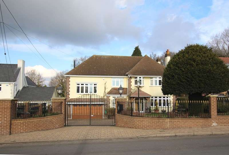 4 Bedrooms Detached House for sale in Vicarage Hill, Benfleet