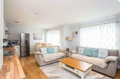 2 Bedrooms Flat for sale in Gateway Court, Convent Way, Southall, Middlesex