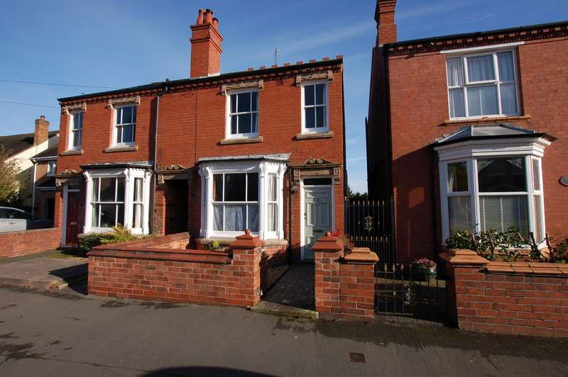 3 Bedrooms Semi Detached House for sale in Eggington Road, Wollaston , DY8 4QJ