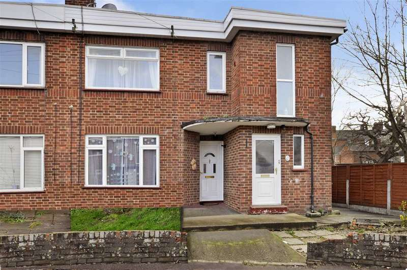 2 Bedrooms Maisonette Flat for sale in Shrublands Close, Chelmsford