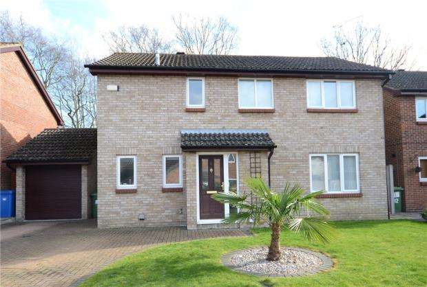 4 Bedrooms Detached House for sale in Bluethroat Close, College Town, Sandhurst