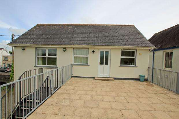 2 Bedrooms Flat for rent in Pentre Road, St. Clears, Carmarthenshire
