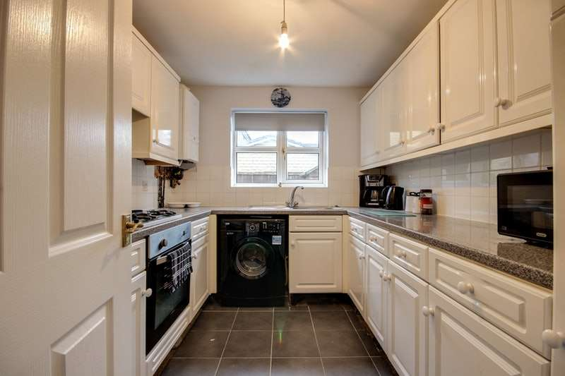 3 Bedrooms Detached House for sale in Brosscroft, Glossop, Derbyshire, SK13