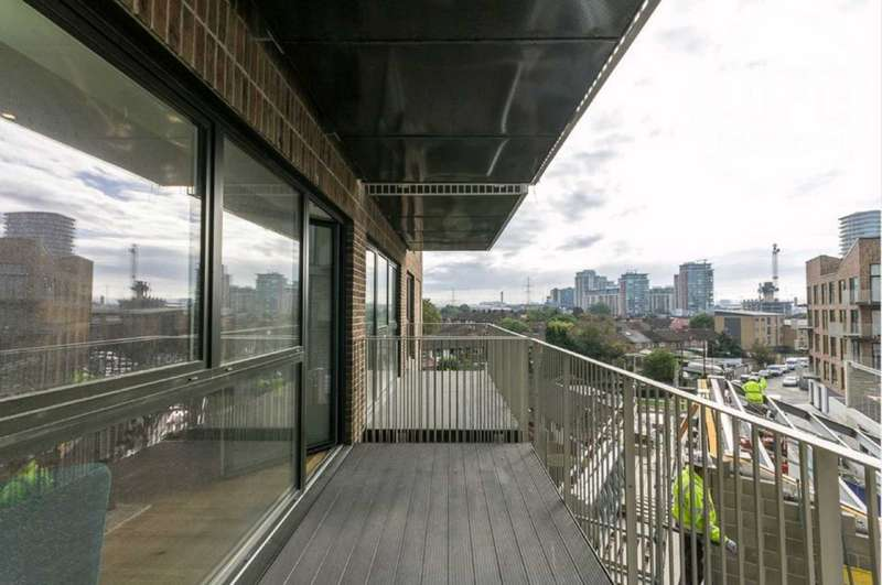 3 Bedrooms Apartment Flat for sale in St Vincent Court, 5 Hoy Street, Royal Gateway, Canning Town, E16