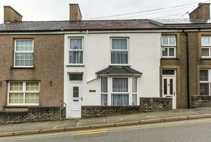 2 Bedrooms Terraced House for sale in Glynllifon Square, Groeslon, North Wales