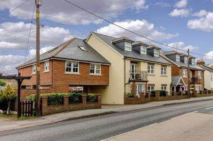 2 Bedrooms Flat for sale in Aldermans Hill, Hockley, Essex