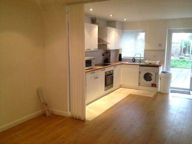 3 Bedrooms Semi Detached House for rent in Camelot Close, SE28