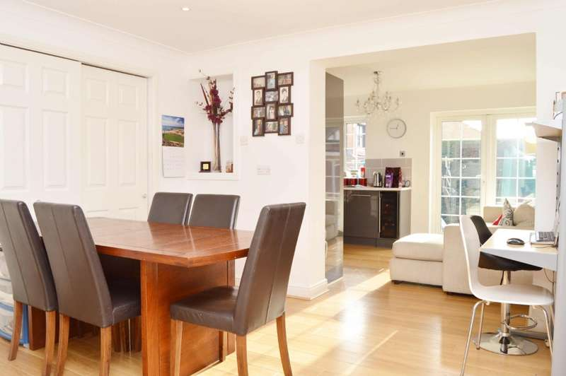 4 Bedrooms Detached House for sale in Latching Close, Romford