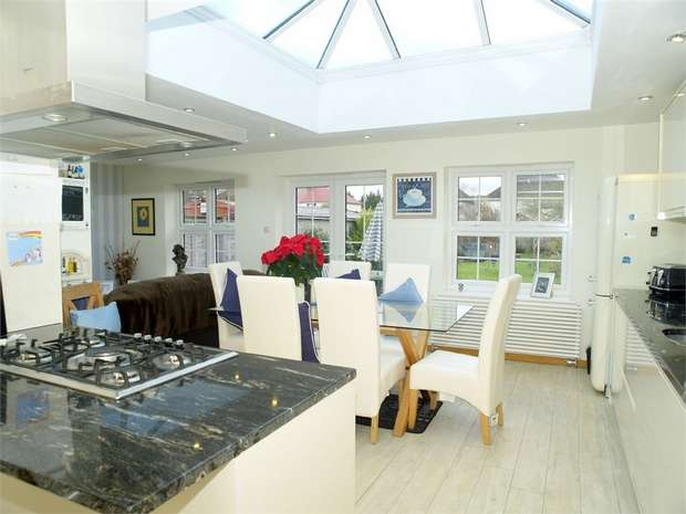 2 Bedrooms Detached Bungalow for sale in Lansdowne Road, Ewell