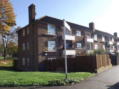 2 Bedrooms Flat for sale in Northallerton Way, Harold Hill, Romford