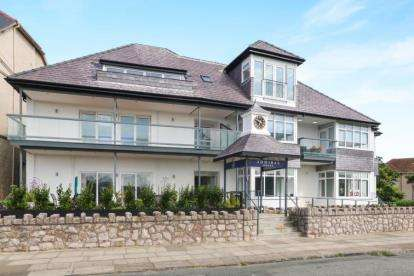 2 Bedrooms Flat for sale in Admiral House, West Parade, Llandudno, LL30