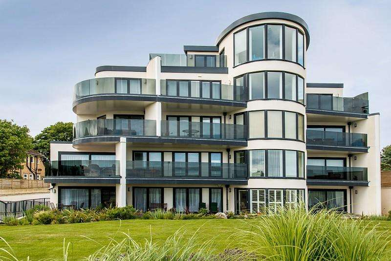 3 Bedrooms Flat for sale in Boscombe Manor