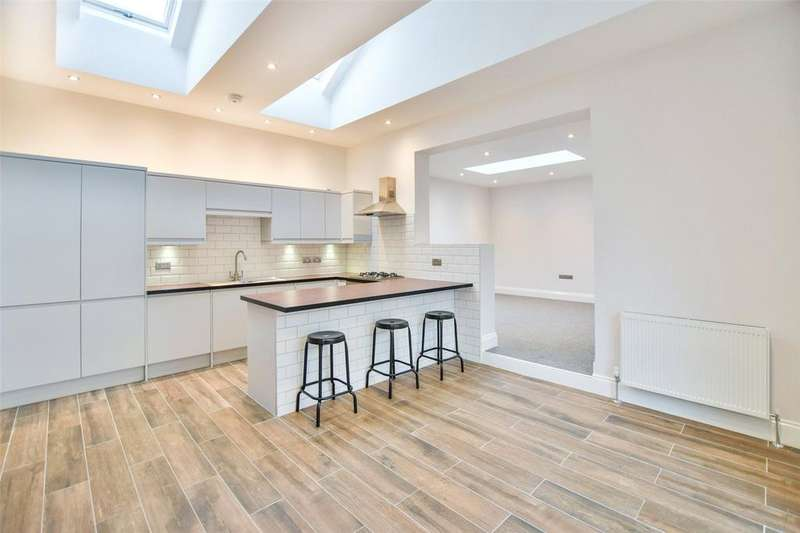 2 Bedrooms Terraced Bungalow for sale in North Avenue, Southend On Sea, Essex, SS2
