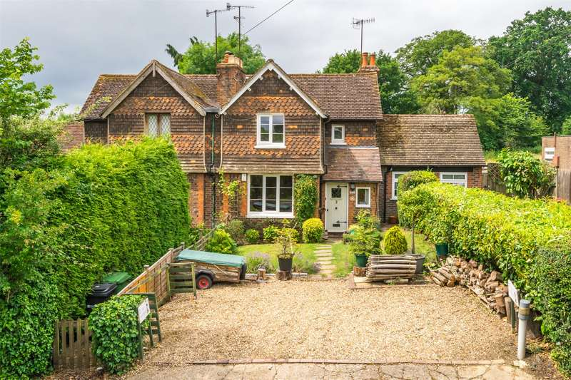 2 Bedrooms House for sale in Wayside Cottage, Norwood Hill Road, Norwood Hill, Horley, RH6