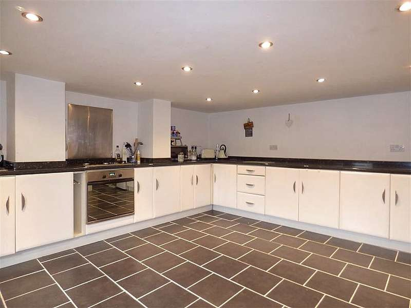 2 Bedrooms Terraced House for sale in Newsome Road, Huddersfield, West Yorkshire, HD4